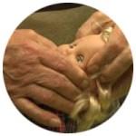 kl. Rundbild: Puppenkopf in guten Händen