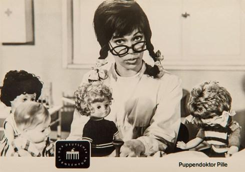 Fotopostkarte: DDR-Fernsehfigur Frau Puppendoktor Pille - 1965