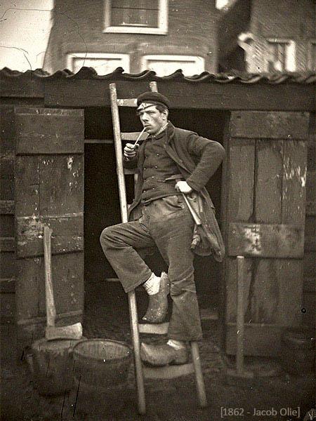 Daguerreotypie: J. Olie im Handwerkerlook mit Holzschuhen auf einer Leiter - 1862, Niederlande