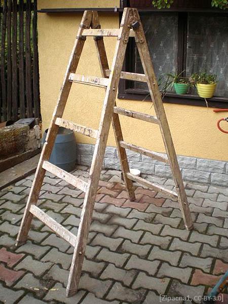 Farbfoto: gebrauchte hölzerne Stehleiter in einem Hof - 2008