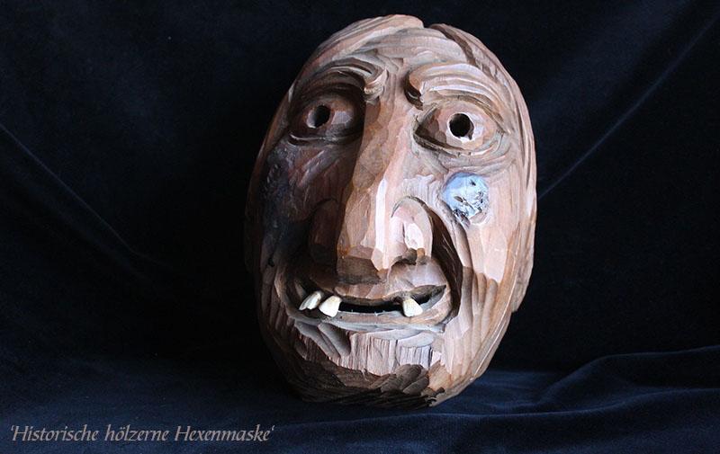 Farbfoto-Karte: Historische Hexenmaske aus Holz