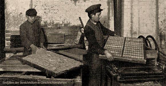 sw Foto: Streichholzmacher füllen Streichhölzer in Gleichrichterahmen für Tauchbad ein - 1908