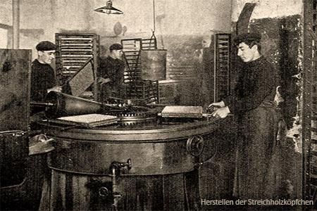 sw Foto: Streichholzmacher tauchen Streichhölzer in die Zündmasse - 1908