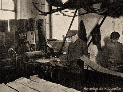 sw Foto: Streichholzmacher stellen Holzstreifen an Maschine her - 1908