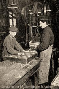 sw Foto: Streichholzmacher sortieren Schachtelstreifen von Hand - 1908