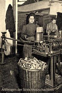 sw Foto: Frauen fertigen Streichholzschachteln mit Maschine an - 1908