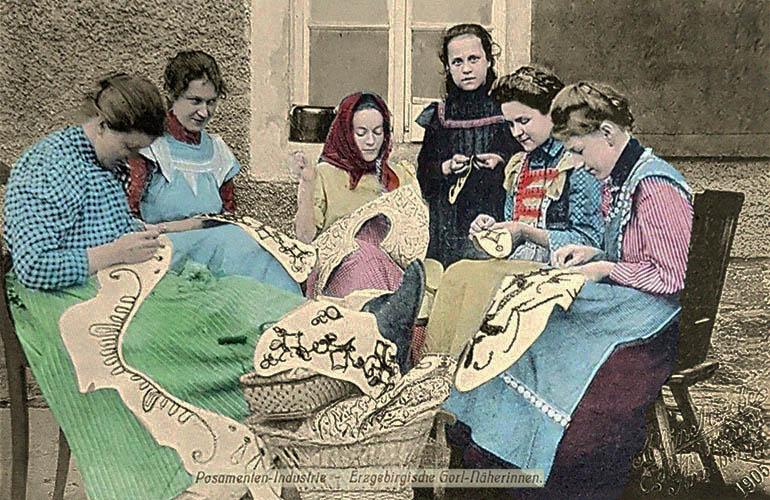 altkolorierte Fotokarte: Frauen vernähen im Freien Kordel zu Mustern - 1905, Erzgebirge
