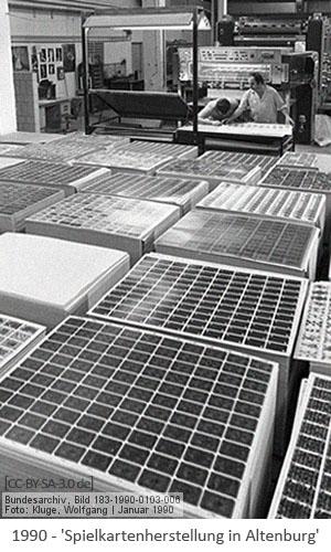 sw Foto: Arbeiter prüfen Druckqualität sowie gr. Stapel gedruckter Kartenbögen - 1990