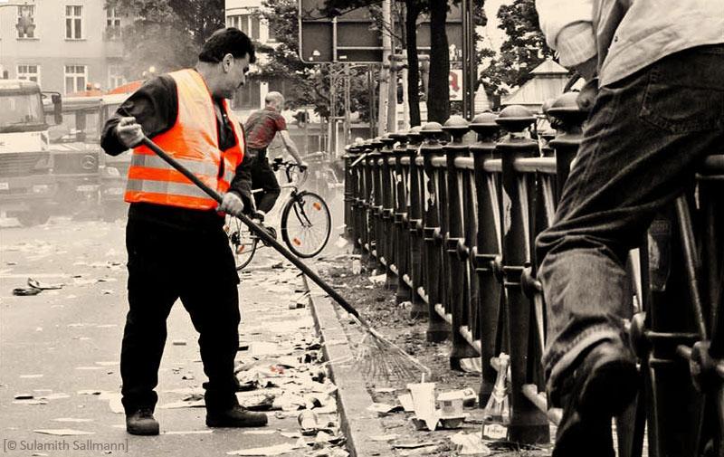 sw Foto + selektiv Rot: Berliner Straßenkehrer - 2010
