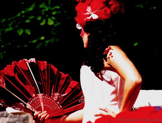 Farbfoto: Frau mit rotem Fächer (II) - 2009