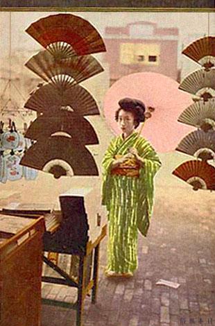 gemalte Künstler-Ak: Japanerin mit Sonnenschirm vor Fächerladen stehend