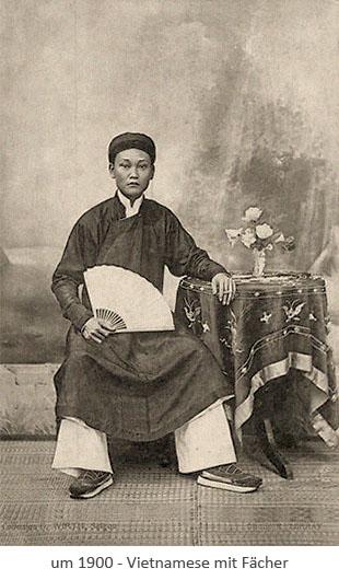 sw Fotopostkarte: sitzender Vietnamese mit Fächer ~1900, VH