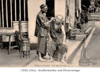 sw Fotopostkarte: Straßenbarbier macht Ohrenreinigung am Straßenrand ~1910, China