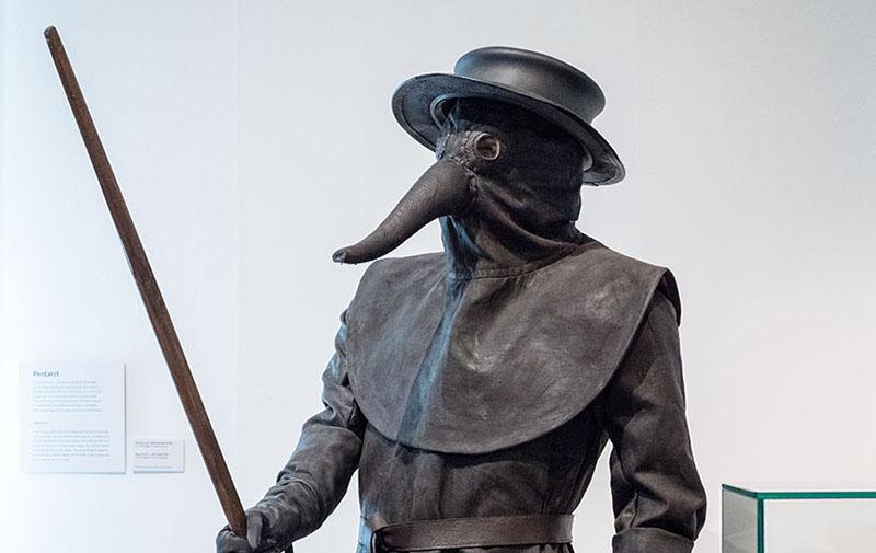 Schutzkleidung aus Leder eines Pestarztes