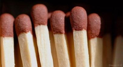 Farbfoto: Nahaufnahme von Streichholzköpfen