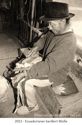 sw Foto: Ecuadorianer kardiert Wolle - 2012, EC