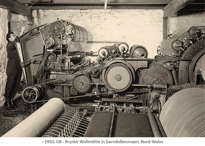 sw Fotopostkarte: Mann befüllt gr. Kardiermaschine mit Rohwolle ~1950, GB