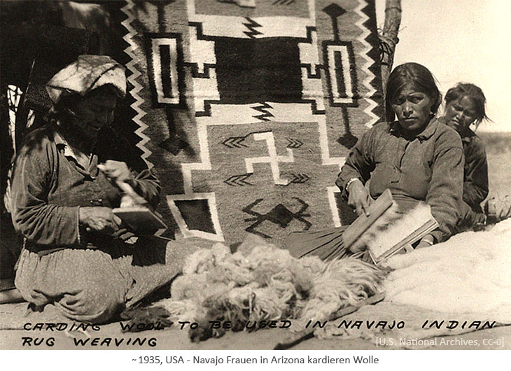 sw Foto: Navajo Frauen in Arizona kardieren Wolle ~1935, USA