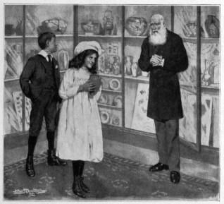 sw-Bild: junger Mann und junge Frau beim alten Antiquitätenhändler