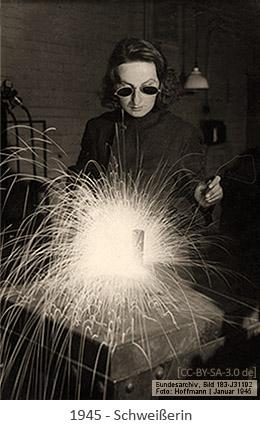 sw Foto: Schweißerin bei der Arbeit - 1945