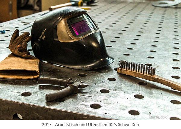 Farbfoto: Arbeitstisch und Utensilien für's Schweißen - 2017