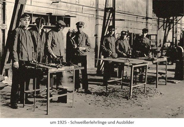 sw Postkarte: 6 Schweißerlehrlinge mit Ausbilder in Werkhalle ~1925