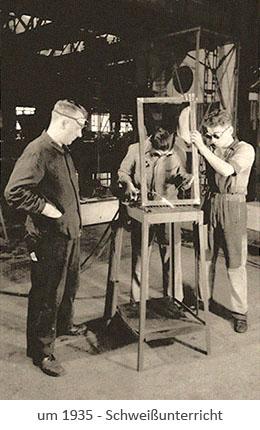 sw Postkarte: 2 Lehrlinge lernen unter Anleitung Schweißen ~1935