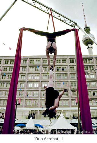 Farbfoto: kopfüber in Tuch hängendes Akrobatenpaar - 2010, Berlin