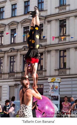 Farbfoto: Clownpärchen macht Hand-in-Hand-Stand - 2010, Berlin