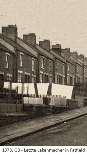 sw Foto: Laken auf Leine vorm Haus letzter Lakenmacher in Fatfield - 1973, GB
