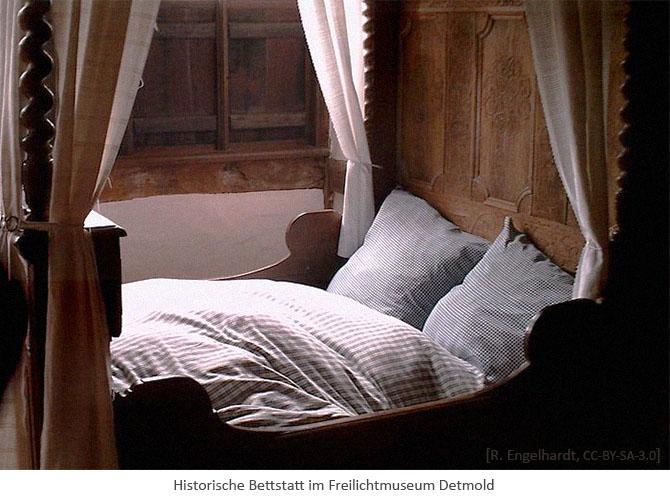 Farbfoto: historische Bettstatt im Freilichtmuseum Detmold