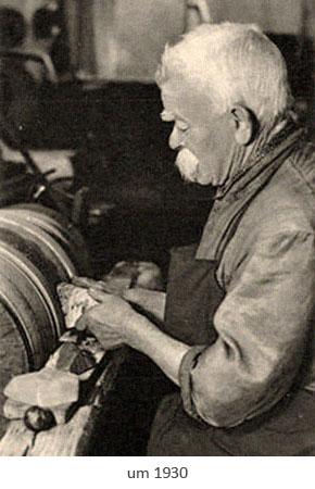 sw Foto: älterer Edelsteinschleifer an vertikaler Schleifscheibe ~1930
