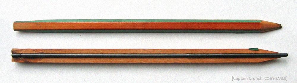 Farbfoto: Bleistifthälften längsgeteilt und Graphitmine