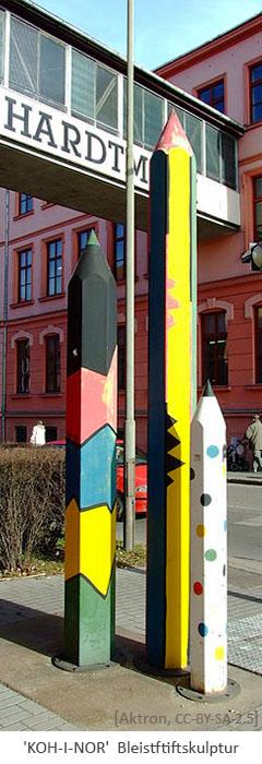 Farbfoto: Skulptur aus 3 verschieden großen, bunten Bleistiften