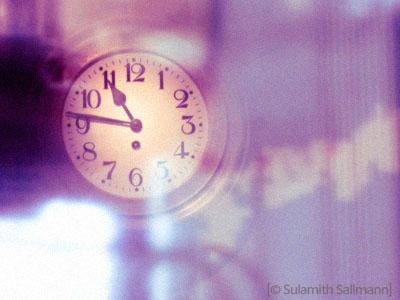 Farbfoto: große Uhr vor Uhrenladen - 2009
