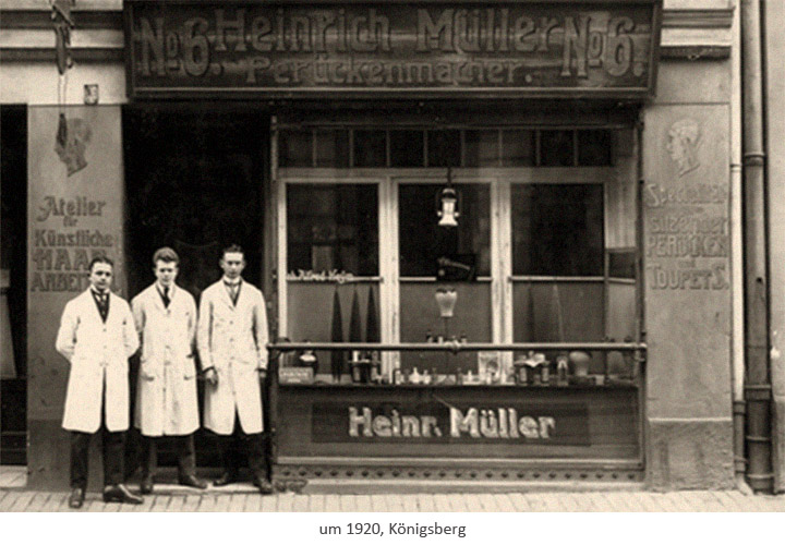 sw Fotopostkarte: 3 Perückenmacher vor ihrem Perpückenatelier ~1920, Königsberg