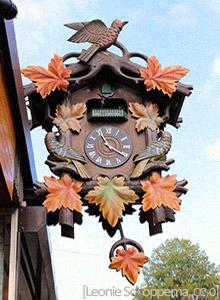 Farbfoto: Kuckucksuhr-Schild eines Uhrmacherladens - 2012