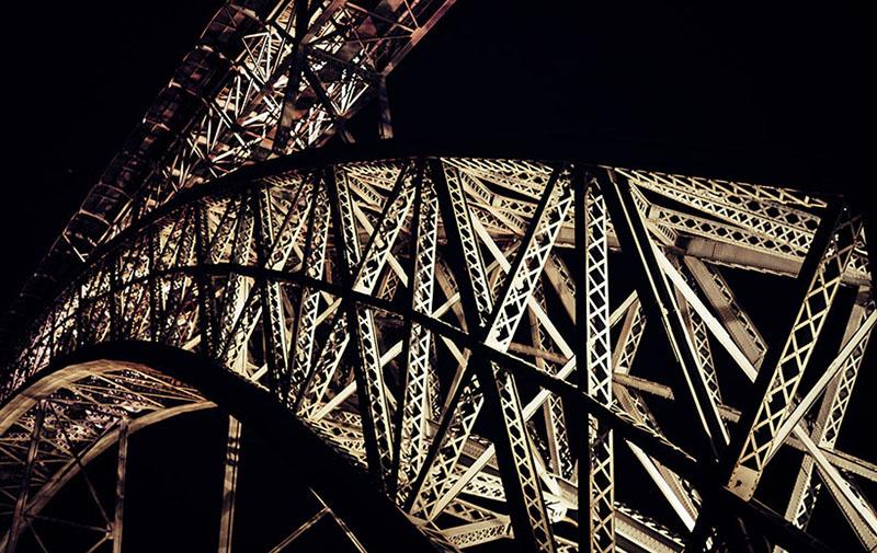 Foto: nächtliche Detailaufnahme einer Eisenkonstruktion einer Brücke