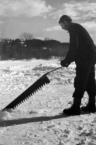 sw-Foto: Mann mit großer Eissäge im Eis