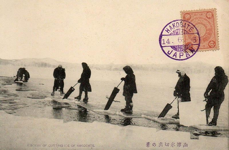 alte Postkarte: mehrere Männer auf einem zugefrorenen See mit Sägen