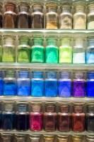 Foto: Glasfläschen mit farbigem Pulver