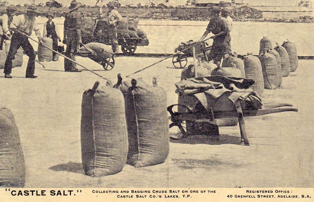 altes Foto: Salzsäcke werden mit Schubladen weggebracht