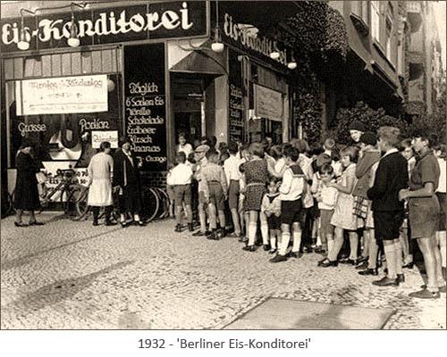 sw Fotopostkarte: viele Kinder stehen Schlange vor einer Berliner Eis-Konditorei - 1932