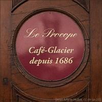 Farbfoto: Türschild vom seit 1686 in Paris existierenden Eiscafé Procope
