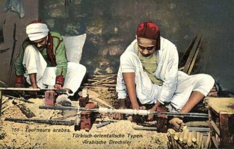 kolorierte Ansichtskarte: zwei Arbeiter am Boden arbeitend