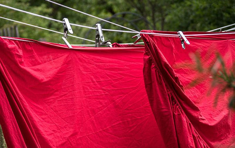 rote Spannbettlaken auf der Leine