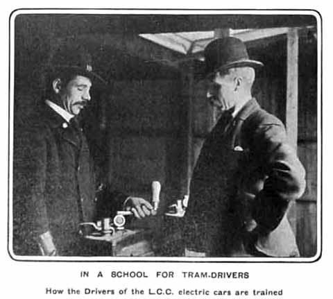 zwei Männer bei der Ausbildung zum Strassenbahnführer