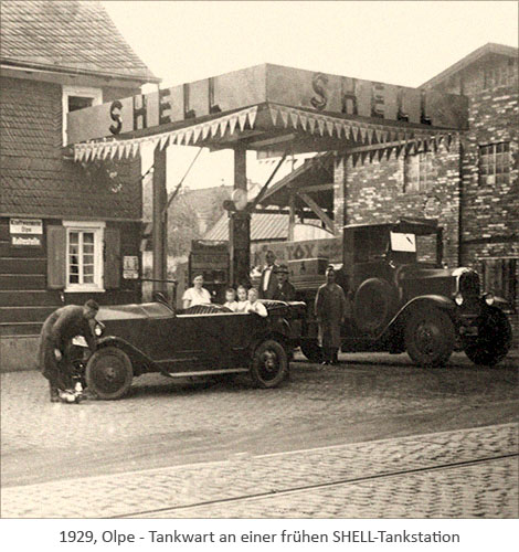 sw Foto: Tankwart an einer frühen SHELL-Tankstation - 1929, Olpe