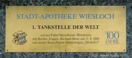 Farbfoto: Schild der Stadtapotheke Wiesloch = '1. Tankstelle der Welt'