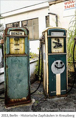 Farbfoto: 2 historische, rostige Zapfsäulen in Kreuzberg - 2013, Berlin